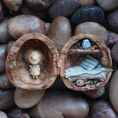 Good Things in Small Packages: Miniature Dolls That Fit in a Walnut Shell - - Vera Torokhova is a truly talented artist of incredible skill as she carves wooden dolls so tiny that they easily fit in a walnut shell. Tiny Dolls, Cute Dolls, Dolls Dolls, Reborn Dolls, Reborn Babies, Miniature Crafts, Miniature Dolls, Miniature Tutorials, Miniature Houses