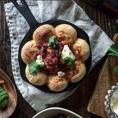 今、手軽に作れて人気のちぎりパンですが、ディップを囲むように作られた「スキレットブレッド」も話題を集めています。ちぎりパンの進化系とも呼ばれている、スキレットブレッド。今回は、SNSで発見した皆さんのアイデアをご紹介します!