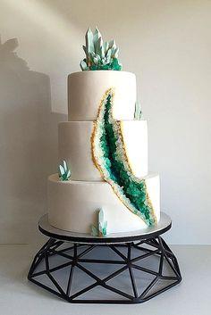 Izgalmas évünk lesz ha az előrejelzések beigazolódnak az esküvői torták terén. A cukrászok pedig felköthetik a kis gatyát, mert rengeteg újdonság lesz, amit itthon nem is nagyon láttunk eddig, pedi…