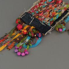 Ecofriendln Stoff Halskette Hergestellt aus bunten und recycelten Zeichenfolgen aus Stoff und Jeans, Geflochtenes zusammen um eine atemberaubende machen Halskette. Unikate und einzigartige lange Anweisung Stoff Anhänger Halskette, nicht irgendwo anders sehen! Die einzigartigen Jeans-Stoff und die Zusammensetzung der alle baumelnden Element erstellt eine fabelhafte Boho Stil Anweisung Anhänger. Measurment: alle Anhänger: 60 cm - 23,6 Stoff-Anhänger: 21cm - 2,20  ★This Element ist…
