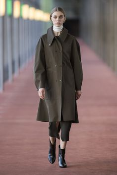 26. Raincoat in compact cotton gabardine, knitted tube skirt and neck warmer in extrafine wool, low boots in calf leather #lemaire