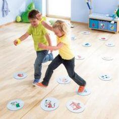 Ratz Fatz in Bewegung von HABA: 20 farbig gestalteten Bodenplatten zeigen Motive, die in Geschichten, Rätseln, Gedichten und Reimen vorkommen. Je nach Spielidee heißt es für die Spieler erkennen und rennen, merken und suchen oder rätseln und werfen. Wer die Aufgaben am besten löst, bekommt gelbe Armbänder als Belohnung.