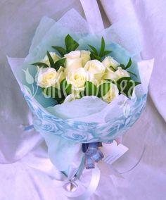 Rose Polar Star 10 batang dipercantik dgn pita & tissue biru motif kembang2x. ID produk: LA055 -  Harga jual: Rp.400.000,00  - Diskon:10% Rp.360.000. Klik  foto di atas untuk pemesanan. Atau add PIN BB: 21E23F02. Telp: 021-5812161. WhatsApp: 859-206-10-700 - www.anekabunga.com