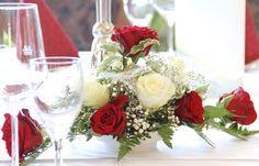 Tischgesteck für Hochzeit, rote und weiße Rosen