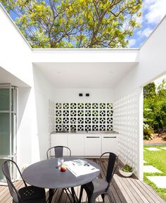Breeze Bloc House by Architect Prineas – Breeze Blocks Modern Contemporary Homes, Midcentury Modern, Style At Home, H Design, House Design, Design Ideas, Block Design, Outdoor Rooms, Outdoor Living