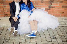 Royal blue wedding. Cool All Stars bride and groom.  www.comobranco.com @marryinportugal #comobranco