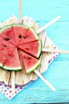 Summer Picnic Hacks and Ideas for Outdoor Movie Nights Sommer Picknick Ideen Wassermelone am Stiel Watermelon Hacks, Watermelon On A Stick, Watermelon Pizza, Watermelon Popsicles, Eating Watermelon, Watermelon Designs, Watermelon Slices, Deco Fruit, Outdoor Movie Nights