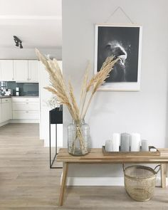 Pampasgras ist eine super Deko-Idee, die uns sommerlich an den letzten Strandurl… Pampas grass is a great decoration idea that reminds us of the last beach holiday in the summer. Discover even more home ideas on COUCHstyle up Decor, Home And Garden, Interior, Interior Inspiration, Living Room Decor, Decor Inspiration, Home Decor, House Interior, Home Deco