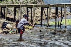 Niños pescando en el lago Bratan Bali. .................................................................................  Podéis seguir mis hashtags #sergiobejar o #vidacallejerafotos ------------------------------------------------------------------------------  #indonesia #Bali #travel #traveling #vacation #instatravel #trip #holiday #fun #mytravelgram #igtravel #yourshotphotographer #tourism #instapassport