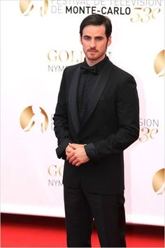 he always seem to be pictured in black...lol Foto Colin O'Donoghue