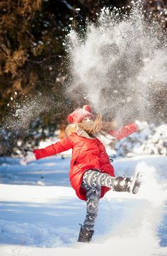 winter girl happy snow snowball red coat sunshine счастливая радостная девочка кидается снегом зима январь семейная фотосессия в Одессе детский фотограф в Дюковском парке снежно снег снежинки