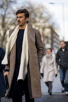 It's cold out there, but that hasn't deterred the thousands of stylish men and women who've come out to attend the London Fashion Week Mens' shows London Fashion Week Mens, Best Mens Fashion, Fall Fashion Outfits, Autumn Fashion, Men's Fashion, Fashion Coat, Men's Outfits, Nice Clothes For Men, Men Clothes