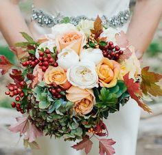 bouquet mariée avec des pivoines en blanc et couleur pêche et feuilles automnales