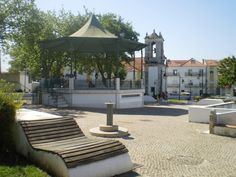 Almada (velha), igreja de Santiago e jardim com coreto