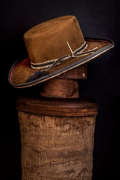Alligator skin hat, crocodile skin hat, alligator skin baseball cap and crocodile baseball cap for sale, all of our genuine alligator and crocodile skin hats are handcrafted by skilled and professional craftsmen. Fancy Hats, Cool Hats, Hats For Sale, Hats For Men, Sombrero Cowboy, Classic Hats, Custom Made Hats, Western Hats, Leather Hats