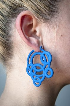 Loop Hoops by Maria Eife. Ethnic Jewelry, Jewelry Art, Jewelry Design, Unique Jewelry, Unique Earrings, Jewelry Bracelets, Impression 3d, Mode 3d, 3d Printed Jewelry