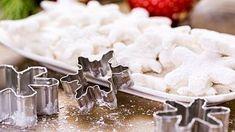 Tvary vykrajujeme vykrajovátkem. Coconut Flakes, Feta, Icing, Spices, Dairy, Cheese, Desserts, Ds, Tailgate Desserts