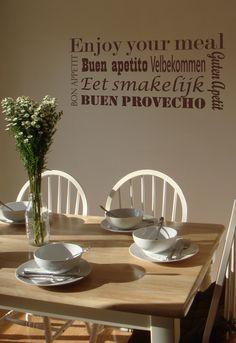 Een mooie muursticker die heel goed zal staan in de keuken of de eetkamer In twee formaten en meer dan 20 kleuren verkrijgbaar.