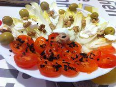 Xerries i endívies amb rulo de cabra, nous i olives