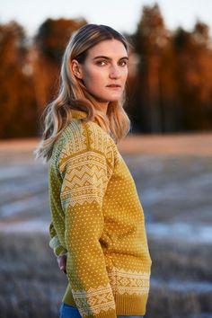 SETESDAL genser finnes i 6 forskjellige farger i str. S-XXL Alle Rauma Collection strikkede plagg er laget i 100% norsk ull og har en 100% norsk produksjon… Turtle Neck, Unisex, Sweaters, Cardigans, Knitting, My Style, Crochet, Skirts, Fabric