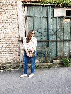 Kurze Erklärung, wieso ich vor dieser Wand posiere: der Fotograf meinte nämlich, er macht nur Outfitfotos von mir, wenn ich mich vor diese Wand stelle. Was man nicht alles für den Blog macht… man macht einfach das Beste daraus! Ich trage eine Bluse von Zara (aktuell), Lieblingsjeans von Violeta by Mango (leider nicht mehr verfügbar), Espadrilles aus Südfrankreich, die Marke ...