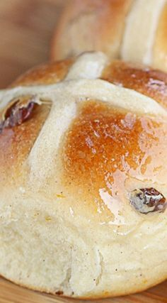 Hot Cross Buns Recipe- Soft, tender and lightly spiced brushed with sweet syrup and filled with juicy raisins. Easter Recipes, Holiday Recipes, Dessert Recipes, Vegan Desserts, Beignets, Easter Hot Cross Buns, Ma Baker, Bread Bun, Bread Rolls
