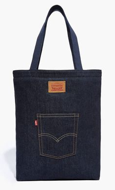 A design classic, although this Levi's Back Pocket Tote os a new take on it. Denim Bag Patterns, Leather Purses, Leather Wallets, Leather Bags, Jean Purses, Denim Handbags, Fabric Bags, Leather Shoulder Bag, Shoulder Bags