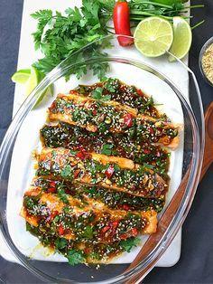 LAX MED ASIATISKA SMAKER Smaker explodera i munnen söt, syrlig, mild stark chill och dem rostade sesamfrö! Du kan äta den exakt som du vill smaka lika god kall som varm. Dessutom är lättlagad. 3-4 portioner Du behöver 500 g lax Havssalt efter smak Olivolja 1 dl teriyakisås 1 dl sweetchilisås 1 msk Clean Recipes, Cooking Recipes, Salmon Recipes, Fish Recipes, Healthy Snacks, Healthy Eating, Vegetarian Recipes, Healthy Recipes, Food Inspiration