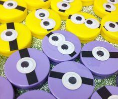 Aprenda a fazer uma lembrancinha Minions para a festa dos seus filhos. Utilize papel e olhos móveis/olhos esbugalhados e monte rapidamente as lembrancinhas.