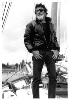 Photographie de Jack O'Neill fier d'arborer son bandeau de pirate. Courtesy of O'neill.