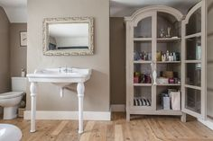 Elegant bathroom painted in Farrow & Ball London Stone. In the living room for my part. Farrow Ball, Farrow And Ball Paint, New Bathroom Ideas, Bathroom Wall Decor, Bathroom Inspiration, Home Accessories Uk, Farrow And Ball Living Room, Family Room Colors, Interiors