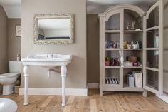 Elegant bathroom painted in Farrow & Ball London Stone. In the living room for my part. New Bathroom Ideas, Bathroom Wall Decor, Bathroom Inspiration, Interior Design Inspiration, Design Ideas, Farrow Ball, Living Room Kitchen, Living Room Decor, Interiors