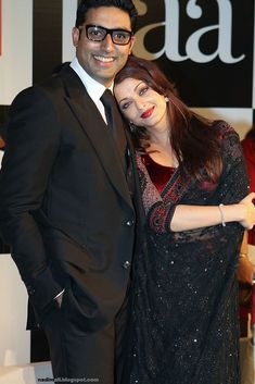 Indian actors Abhishek Bachchan and Aishwarya Rai attend the Premiere of Paa held at Big Cinemas on December 2009 in Mumbai, India. Actress Aishwarya Rai, Indian Bollywood Actress, Aishwarya Rai Bachchan, Indian Actresses, Amitabh Bachchan, How To Wear A Sari, Aishwarya Rai Pictures, Bollywood Couples, Stylish Girl Pic