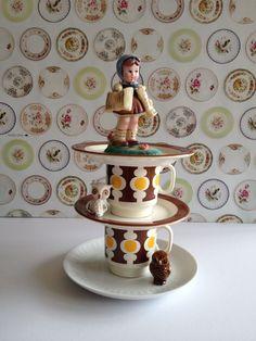 Het beeldje,de schoteltjes en kopjes vetvrij maken. Daarna met secondelijm alles aan elkaar plakken. Schattig toch? www.juffrouwgans.nl