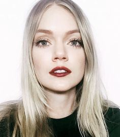Lindsay Ellingson is channeling '90s grunge beauty as she wears a deep burgundy lip, defined brows and a chic center part