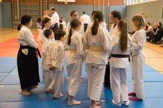 Aikido Kindertraining mit Aikido Kyuprüfungen in der Auhofschule, Linz - 8. April 2016: Gruppe von Kindern rund um den Aikidotrainer