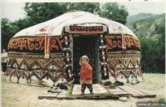 Festive Yurt or just rich in good weather can be covered with carpets. Yurt Living, Gypsy Living, Mongolian Yurt, Yurt Home, Cool Tents, Primitive Homes, Earth Homes, Natural Building, Round House