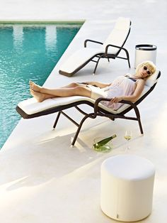 Sunrise is the combination of a sun bed and a sun chair. Sunrise offers an upraised position, which allows relaxation with a book or the like. Then, to recline back, just use your arms as a leverage to ease the chair into a more horizontal position. Sunrise is easily stackable with 5 pieces on top of each other, making it ideal for hotels or other places where storage is a necessity. To improve the design of the popular model, the frame is now fully covered with #Weave fiber. #Caneline