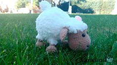 BEEE...!!!       Hace tiempo que quería tejer una ovejita amigurumi, sobre todo  después de ver las que hace Tejiendo Perú . Esta la he h...
