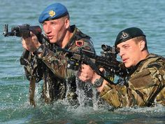 Royal Marine Commandos from the Response Force Task Group (RFTG) conducting amphibious training alongside their Albanian NATO counterparts Sas Special Forces, Marine Commandos, Military Drawings, Turkish Army, British Armed Forces, Royal Marines, Military Pictures, War Photography, Military Guns