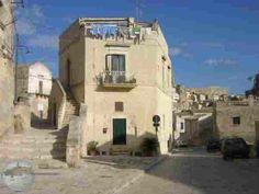 Discesa per piazza S. Pietro Caveoso con l'omonima chiesa - Matera