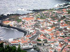 Vista parcial das Velas, na Ilha de São Jorge, nos Açores, Portugal. Fotografia de José Luís Ávila Silveira e Pedro Noronha e Costa. – Wikipédia, a enciclopédia livre.