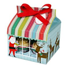 Set de 3 cajas para 4 cupcakes cada una con motivos navideños. Cada caja incluye soporte para los cupcakes, etiqueta y lazo. Medidas: 15,2 x 15,2 x 20,3 cm.