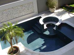 Inspiração: piscina com hidro e portão de madeira de demolição