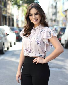 152 ruffle blouses to look cool – page 1 Casual Work Outfits, Work Attire, Cute Outfits, Blouse Styles, Blouse Designs, Blouse And Skirt, Ruffle Blouse, Look Office, Elegant Outfit