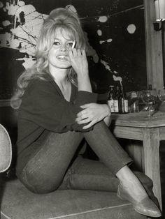 ブリジット・バルドー(Brigitte Bardot)ベーシックアイテムでつくる、BBのワードローブ 真の女優として認められはじめた'60年代のBB。自然体でいることが大好きな彼女はジーンズにニットやTシャツという心地よくてシンプルなワードローブを好んだそう。ブロンドの豊かなカールヘアもお決まりのスタイル。