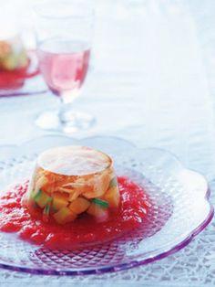キラキラ輝くゼリーのような素敵な前菜。トマトと白ワインビネガーソースを敷いて、絵になる美しさ。