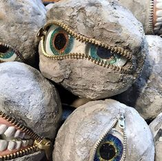 Jeepers Creepers Rock Eye Peepers: 9 Steps (with Pictures) Jeepers Creepers, Halloween Rocks, Scary Halloween, Halloween Stuff, Halloween Potions, Halloween Goodies, Halloween Makeup, Diy Halloween Decorations, Halloween Designs
