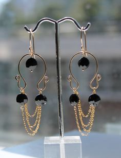 Contemporary Black Spinel 14 Karat Gold Filled Earrings With Fine Chain Details Black Gold Jewelry, Metal Jewelry, Gemstone Jewelry, Beaded Jewelry, Beaded Earrings, Earrings Handmade, Bijoux Fil Aluminium, Diy Schmuck, Bijoux Diy