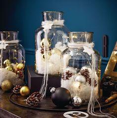 Das Silberstück für die Fensterbank - oder für den festlich gedeckten Tisch: batteriebetriebene Lichterkette mit zehn warmweißen LEDs, angereichert mit silberfarbenen Dekoelementen wie Kugeln, Tannenzapfen und Kunstschnee, gefüllt in ein formschönes Glas. #Weihnachten #Deko #Impressionenversand
